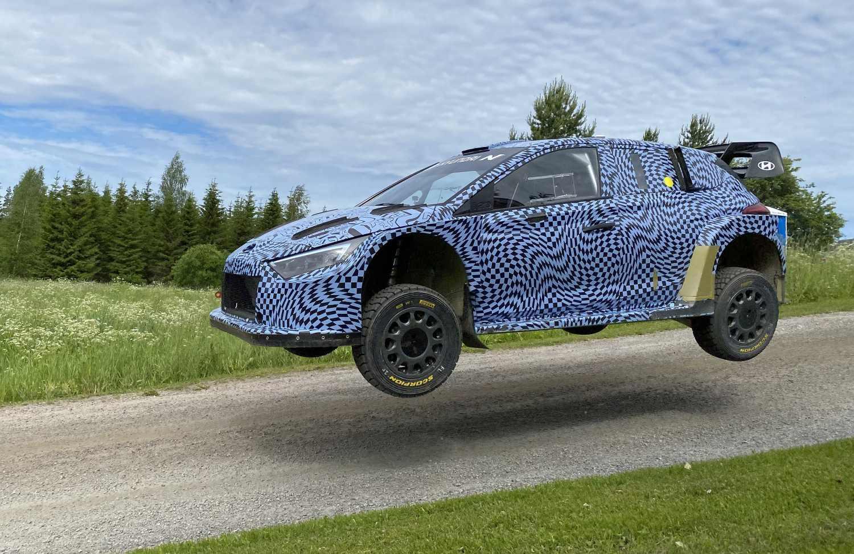 Hyundai i20 N Rally1 -auto vauhdissa testeissä Suomessa.
